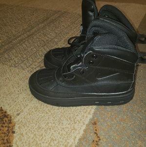 nike Woodside boots boys size 2Y